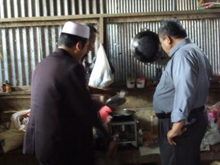 subahanaullah luar biasa bapak direktur tengah melihat masakan klakai seorang santri yang ada di dapur umum pondok pesantren al-amin mudah-mudahan beliau selalu di berkahi Alllah